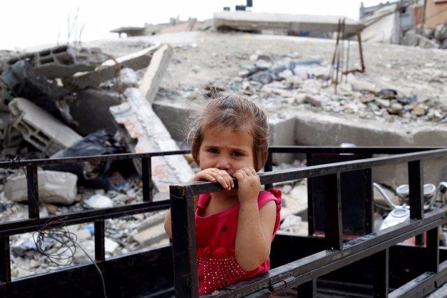 Una niña palestina en las ruinas de su vivienda