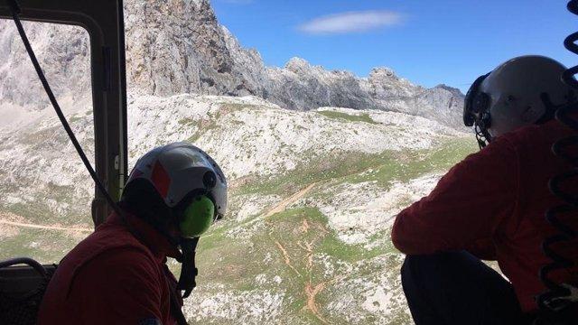 Búsqueda senderistas en Picos de Europa. Sucesos. Helicóptero. 112