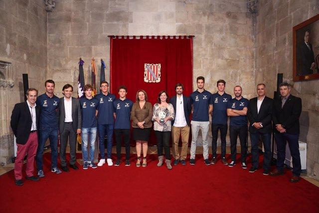 Armengol recibe a los jugadores del Club de Natació Palma