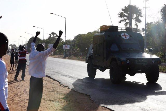 Tropas de la CEDEAO entrando en Banjul