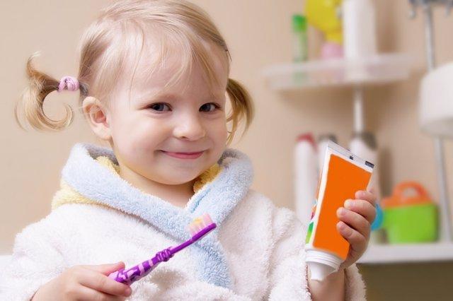 Lavar dientes niños, cepillo, pasta de dientes, niña
