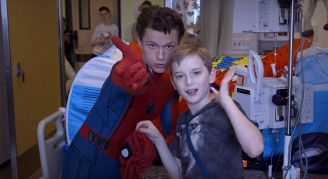 Tom Holland visita un hospital infantil