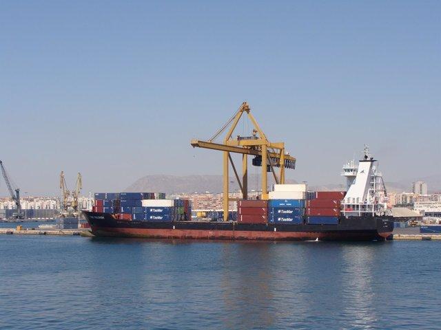 Uno Barco Transportando Mercancías En El Puerto De Alicante