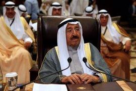 El emir de Kuwait viaja a Arabia Saudí para discutir con el rey la crisis con Qatar
