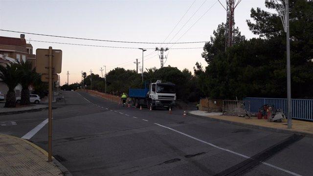 Operarios trabajando en la mejora de la línia eléctrica a la Ampolla, Baix Ebre
