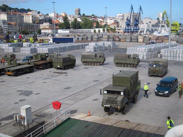 Embarcan en Vigo vehículos militares para una operación de la OTAN.