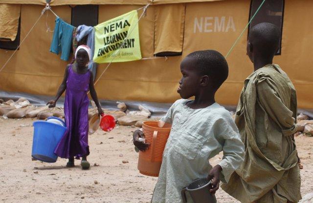 Niños en un campo de desplazados en Nigeria
