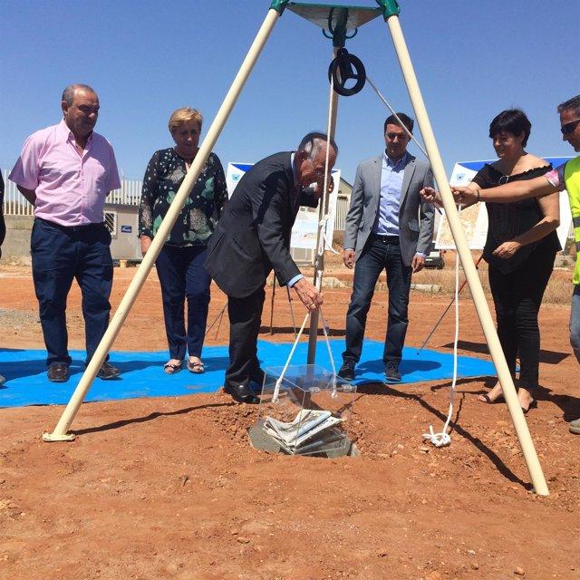 Gabriel Amat, coloca la primera piedra del Parque de Bomberos de Roquetas.
