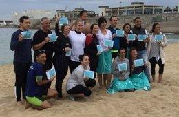 Recogida de residuos en la playa de la Nueva Icària