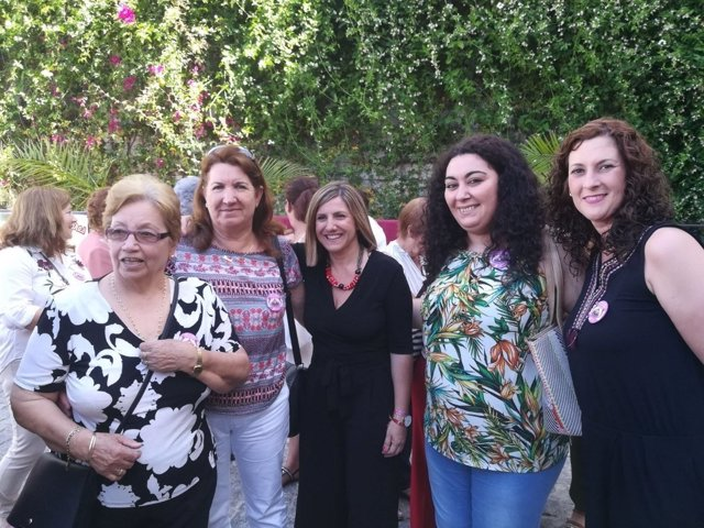La presidenta de la Diputación con mujeres de Alcalá
