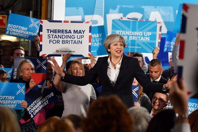Theresa May durante un acto de campaña