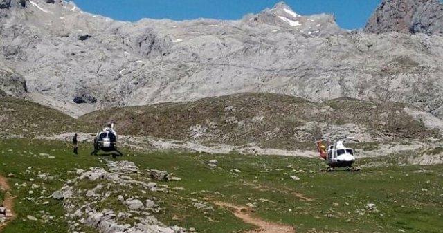 Helicópteros en una explanada de los Picos