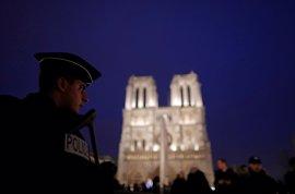 Neutralizado un hombre tras atacar con un martillo a un policía frente a Notre Dame en París