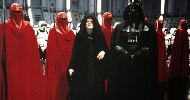 El Emperador junto a Darth Vader y la Guardia Real