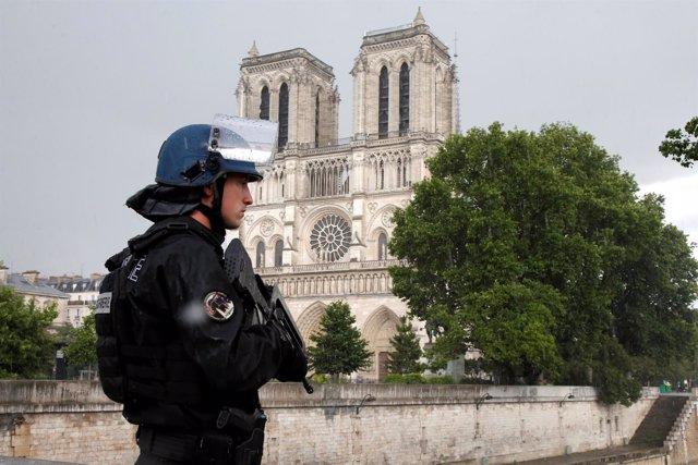 Un gendarme cerca de Notre Dame tras el ataque con un martillo