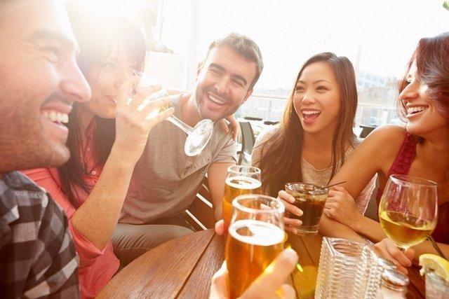 Jóvenes, beber alcohol, tarde, amigos