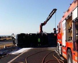 Dos heridos y la AP-7 cortada en Sagunto tras chocar un camión con hidróxido de potasio con un coche