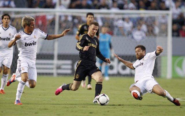 Beckham disputa un balón con Coentrao y Xabi Alonso