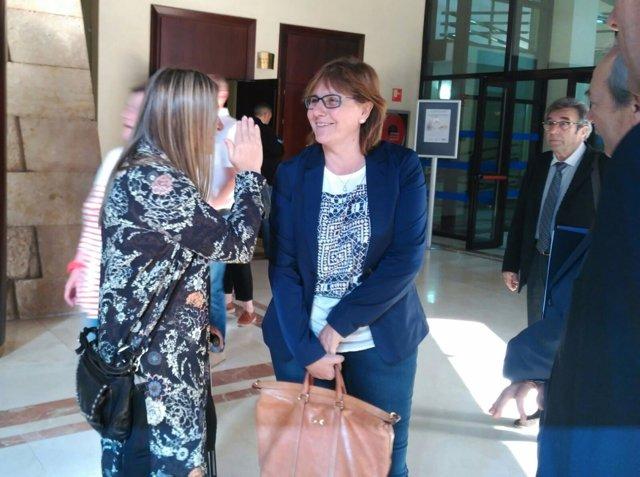 La consejera Pilar Varela charla con Mónica Oviedo.