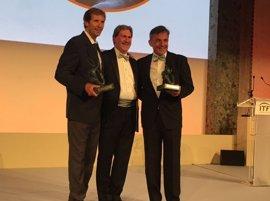 Emilio Sánchez Vicario y Sergio Casal reciben el trofeo Philipp Chatrier
