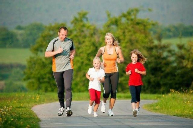Familia haciendo ejercicio, corriendo, padres e hijos