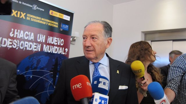 Sanz Roldán atiende a los medios