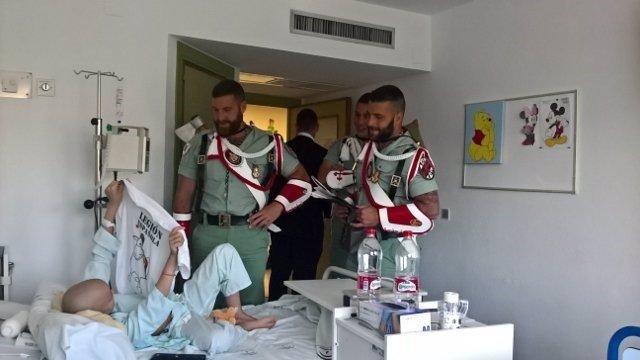Visita de la Legión al Hospital Materno Infantil de Málaga