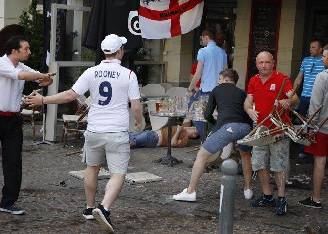 Afición inglesa provoca disturbios en Lille en la Eurocopa 2016