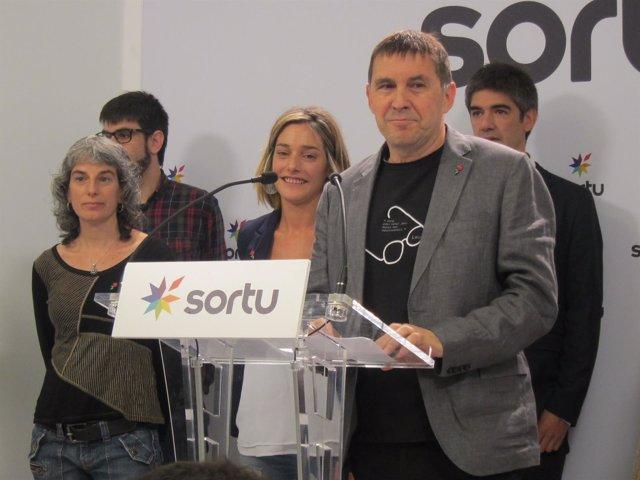 Arnaldo Otegi y Miren Zabaleta en San Sebastián.