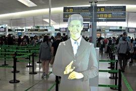 El Aeropuerto de Barcelona-El Prat instala un asistente virtual en los filtros de seguridad