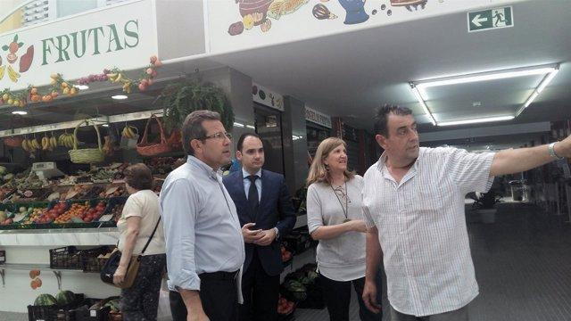 Díaz, Belmonte y Navarro visitan los mercados municipales