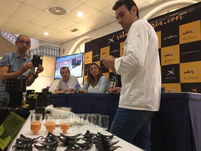 El chef Marcos Quintero preparando Salmorejo de Maíz, con Perlas de AOVE.