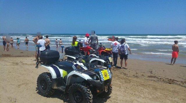 La Policía Local supervisa la zona de la playa