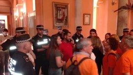 Desalojados del Consistorio los exeventuales de Lipasam y ediles de Participa e IU tras una protesta sorpresa