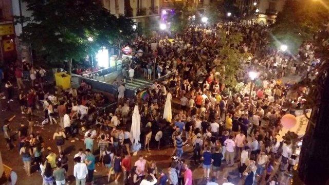 Botellón de multitud de jóvenes durante el Orgullo Gay