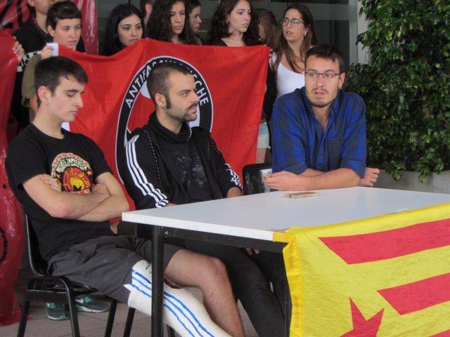 Los tres estudiantes denunciados por SCC a las puertas del Rectorado de la UAB