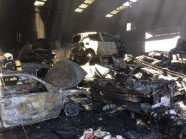 Un incendio en un desguace de Granada deja al menos 40 vehículos calcinados