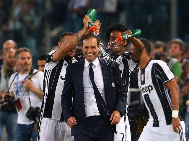 La Juve celebra la Coppa con Massimiliano Allegri al frente
