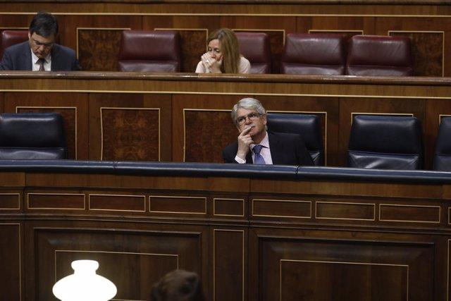 Alfonso Dastis sentado en si escaño en el Congreso