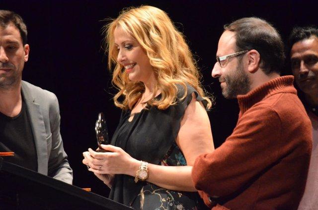 Natalia Fernández Canuto recoge el premio.