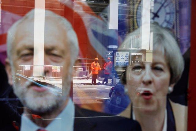 Imagen de Theresa May y Jeremy Corbyn reflejada en un cristal