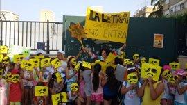 Protesta ante el Parlamento de la plataforma de Ampas de Sevilla que pide climatizar las aulas