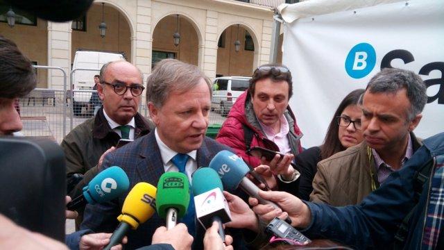 Moragues atiende a los medios en Alicante
