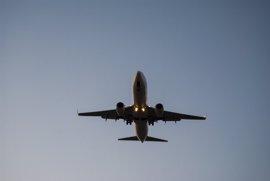 EEUU estudia extender a otros 71 aeropuertos las restricciones de aparatos electrónicos en vuelo