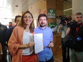 Renta de inserción para 45.000 hogares, impuesto a ricos y revertir privatizaciones, programa de la moción de Podemos