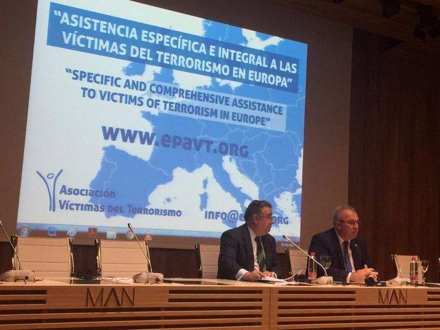Zoido inaugura un seminario internacional organizado por la AVT