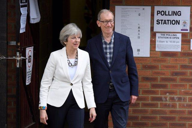 Theresa May tras depositar su voto en las elecciones