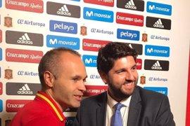 El presidente de Murcia entrega al capitán de la Selección Española una cruz de Caravaca, con motivo Año Jubilar