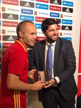 López Miras entrega la Cruz de Caravaca a Iniesta