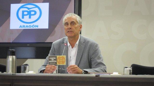 El diputado del PP, Antonio Suárez, en rueda de prensa en las Cortes
